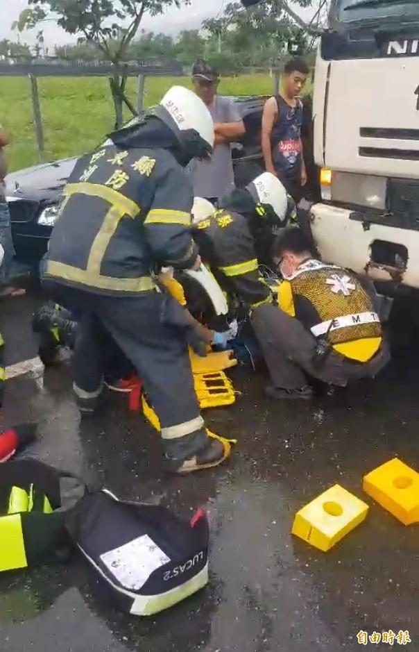 警消合力將人救出,立刻施予CPR,仍回天乏術。(記者王秀亭攝)