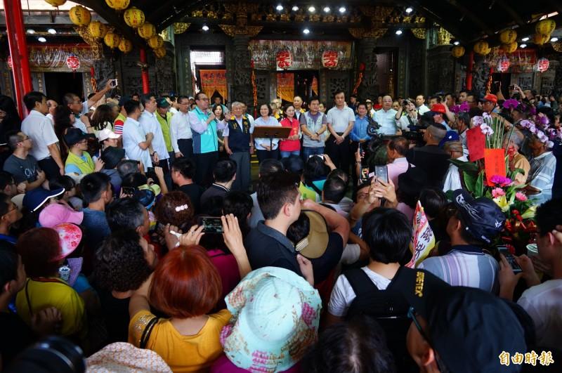 東港東隆宮廣場擠滿民眾。(記者陳彥廷攝)