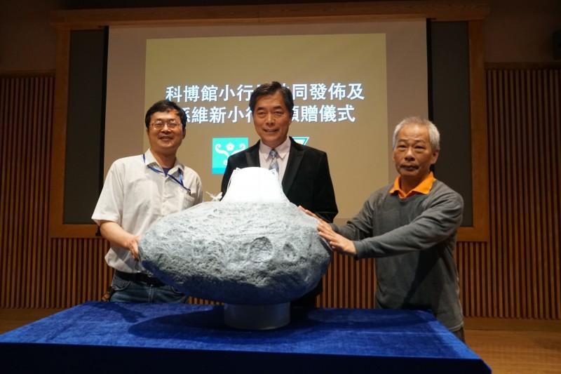 科博館館長孫維新(中)與小行星發現人林宏欽(左)和林啟生(右)。(科博館提供)