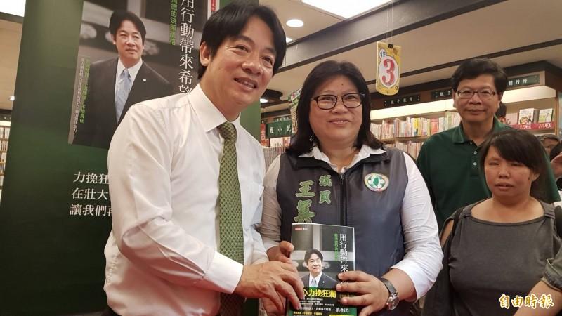 民進黨嘉市議員王美惠(左2)到場為賴清德(左)加油打氣。(記者丁偉杰攝)