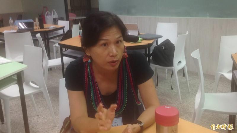 高中國文教師郭麗秀說,多數國中生可能連「青銀共居」都沒看過。(記者黃旭磊攝)