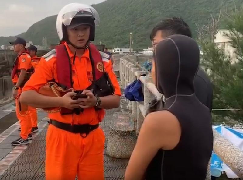 海巡人員向同行友人進一步詢問事發狀況。(民眾提供)