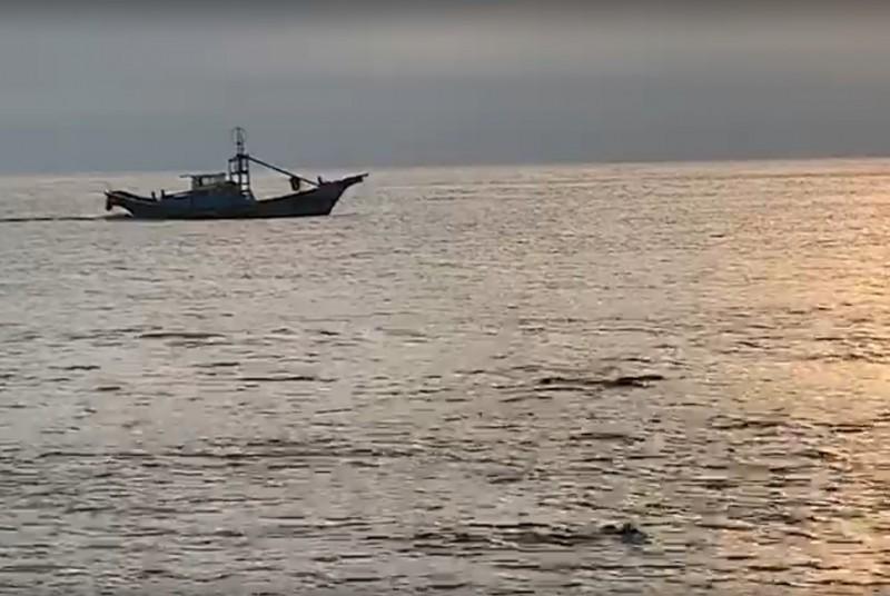 海巡巡防艇在外海尋找,近岸處則有多位綠島當地教練協助在海裡搜救。(民眾提供)