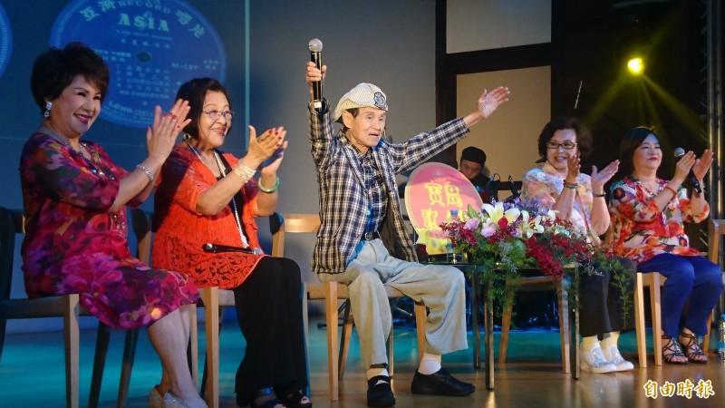 92歲文夏(左三)獻唱招牌歌《黃昏的故鄉》,中氣十足。(記者楊金城攝)
