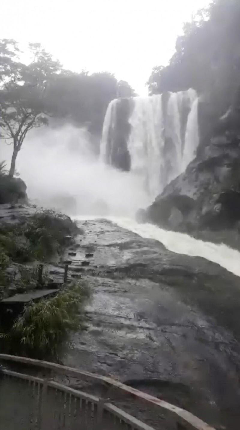 已有網友上傳古坑草嶺蓬萊瀑布水流大暴衝的畫面。(讀者提供)