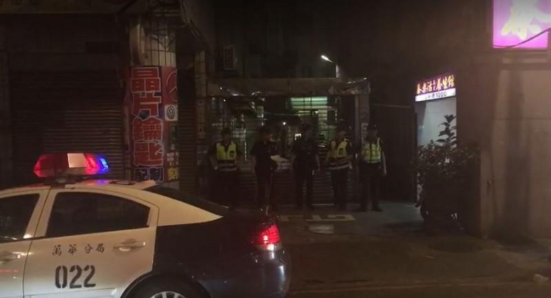 警方採取封鎖式取締私娼勤務,「警車閃燈」示警,並由警察站在巷口。(記者劉慶侯翻攝)