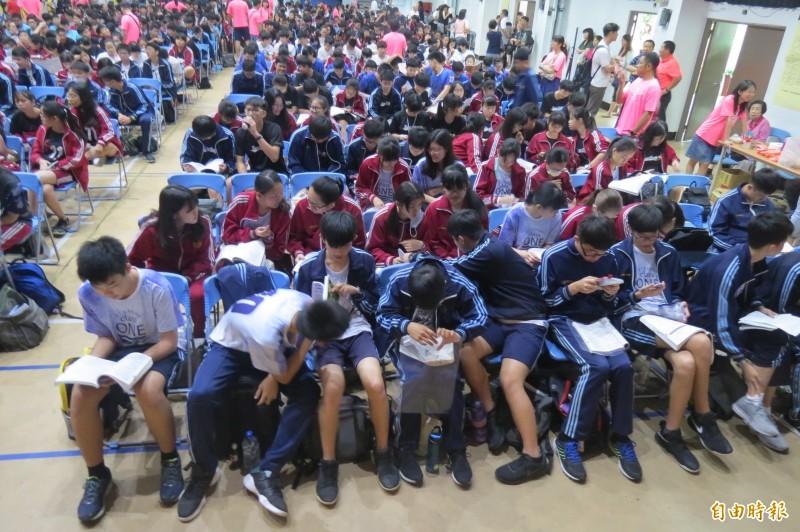 國中會考第二天,考生把握時間全力拚升學。(記者蘇孟娟攝)