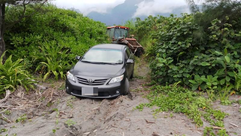 游姓男子把轎車當四輪傳動吉普車開,深陷沙灘,最後是農民出動耕耘機才助車脫困。(民眾提供)
