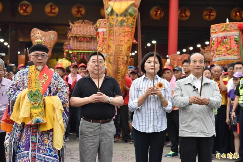 前立法院長王金平參加六房媽祖過爐遶境點起馬炮。(記者黃淑莉攝)