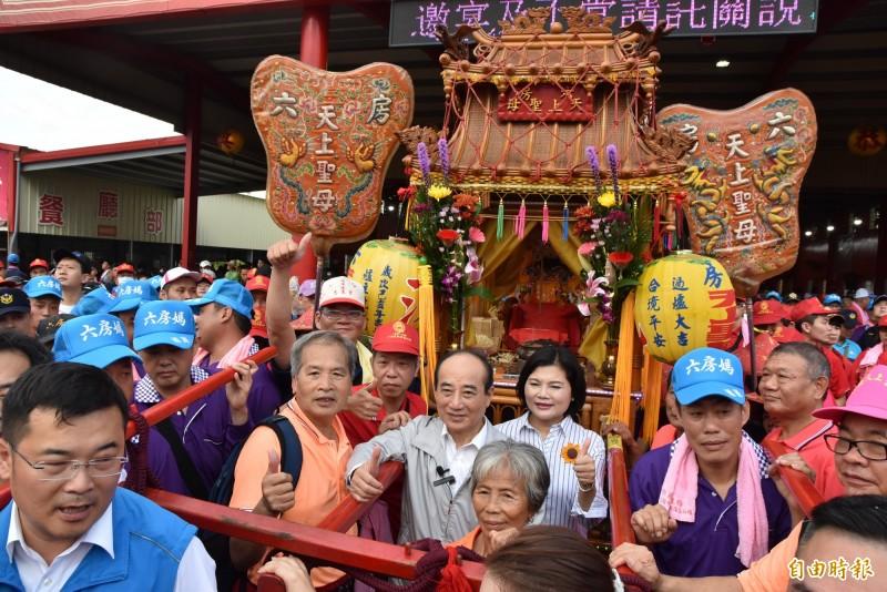 前立法院長王金平參加六房媽祖過爐遶境與雲林縣長張麗善一起掌轎。(記者黃淑莉攝)