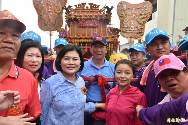 鴻海董事長郭台銘參加六房媽祖遶境與雲林縣長張麗善等人一起掌轎。(記者黃淑莉攝)