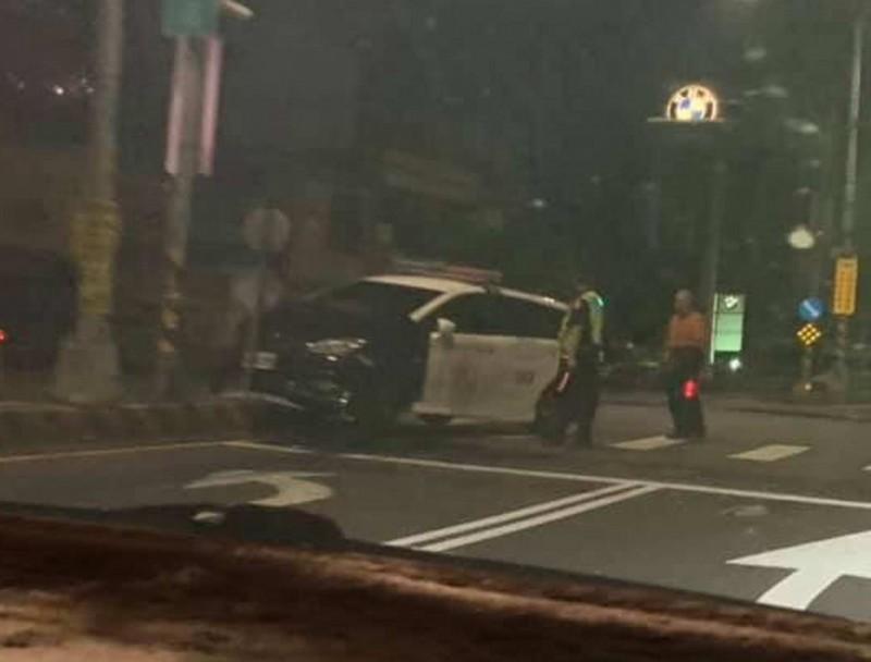 彰化巡邏警車尾隨可疑車輛途中,疑天雨路滑撞分隔島受損。(翻攝臉書花壇人俱樂部)