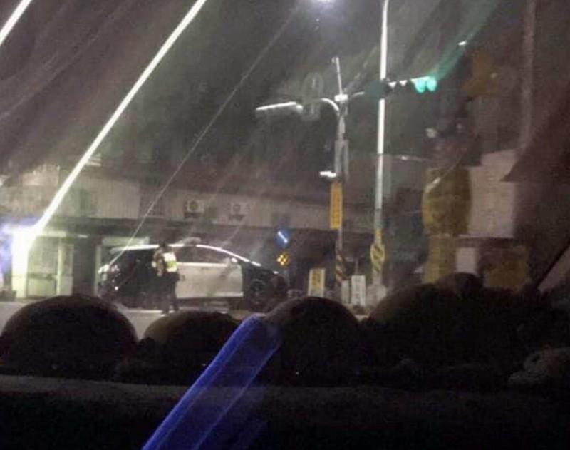 彰化巡邏警車值勤中疑天雨路滑撞分隔島受損。(翻攝臉書花壇人俱樂部)