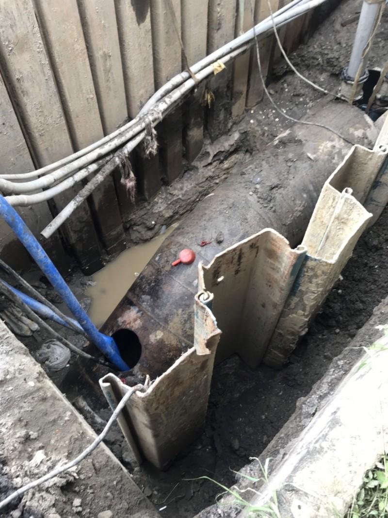 水公司原水管線被挖破搶修,鳳山4區緊急停水影響13000戶。 (記者陳文嬋翻攝)