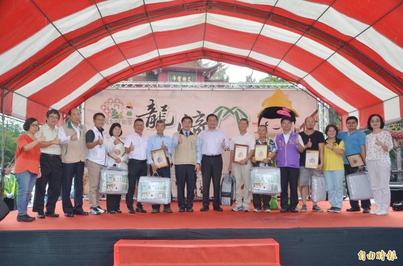綠竹筍評鑑頒獎後,各界貴賓聯手為活動開幕。(記者吳俊鋒攝)