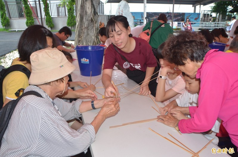 竹編DIY課程,吸引親子參加。(記者吳俊鋒攝)