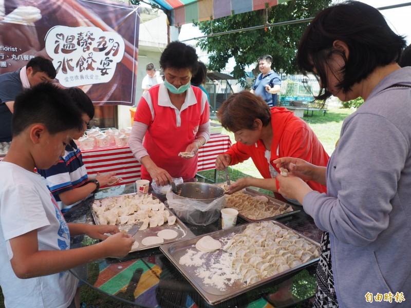不少親子聽到要包水餃給弱勢團體吃,也加入這場公益活動。(記者王秀亭攝)