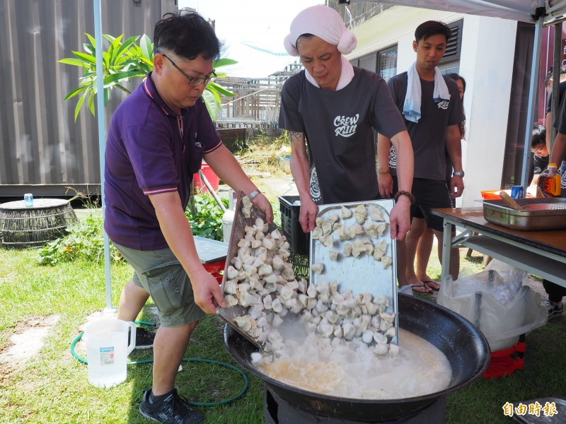 一群台東熱血青年自己包水餃、煮水餃,只是希望讓縣內弱勢家庭、獨居長輩飽餐一頓。(記者王秀亭攝)