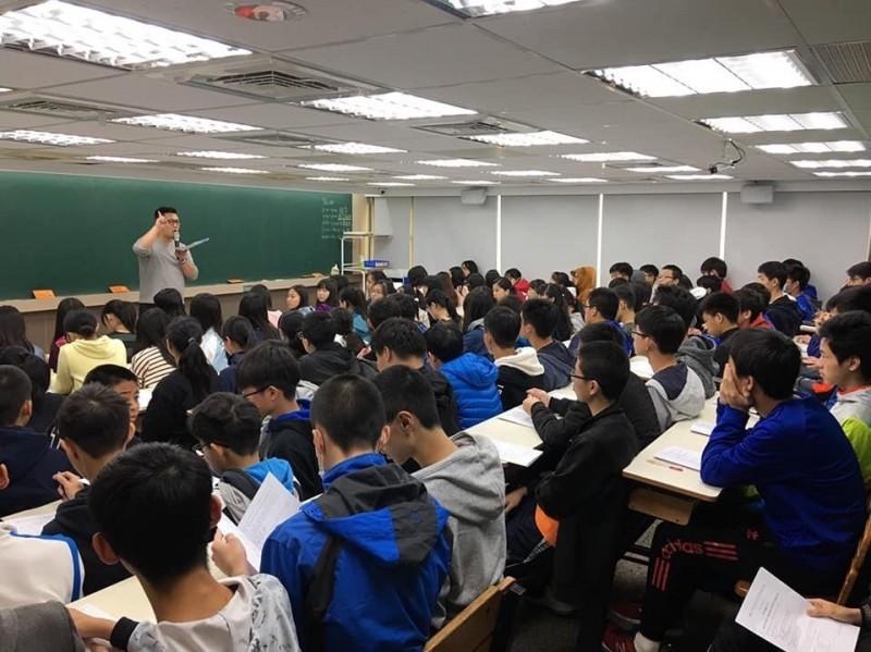 柳詠認為,未來開放式考題將成趨勢,學生應該從小培養思辨能力。(記者鄭名翔翻攝)