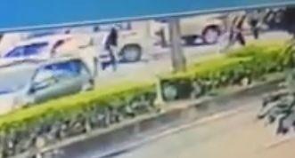 2名穿著黑衣男子先後從白色小客車下車,跑到對街。(記者歐素美翻攝)