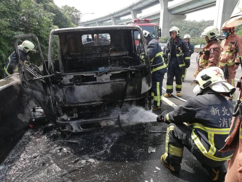 水肥車車頭起火燃燒,警消人員趕抵滅火。(記者曾健銘翻攝)