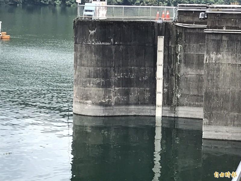 梅雨狂炸,石門水庫大壩水位接近滿水位245公尺。(記者李容萍攝)