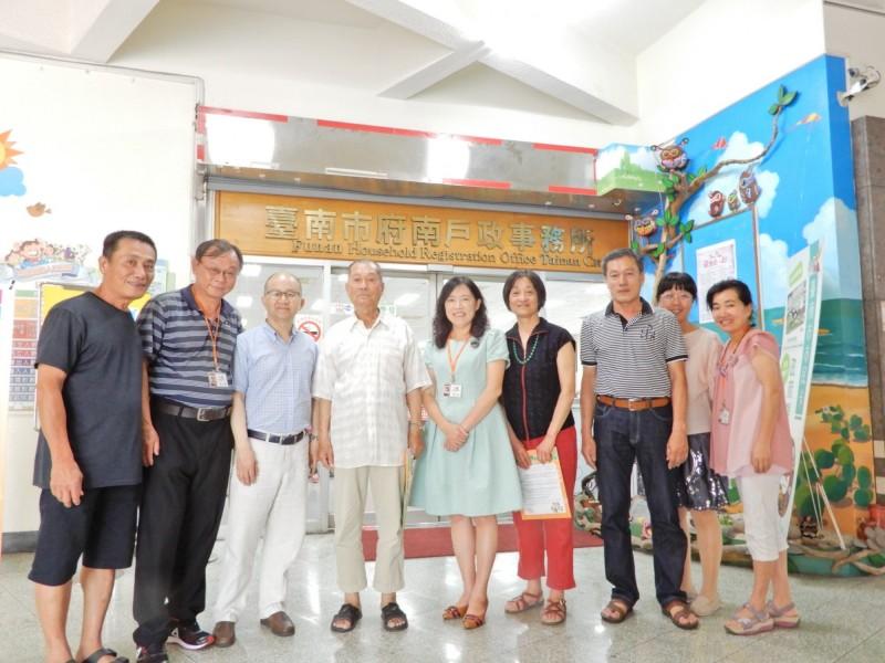 移居美國三十年的華裔女蘇珊(右四)與不曾謀面的堂兄蘇仙送(左四)在台南府南戶政事務所人員協助下首次相見歡。(記者王俊忠翻攝)