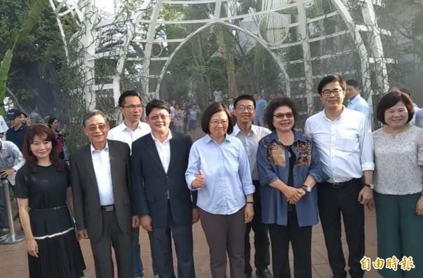 蔡英文得知中國客見證台灣民主,抬起右手抿嘴微笑,以大拇指用力比讚。(記者洪定宏攝)
