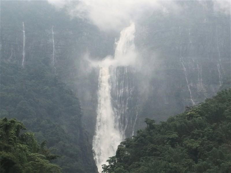 台灣第一高瀑「蛟龍瀑布」雨後氣勢磅礡。(記者蔡宗勳翻攝)