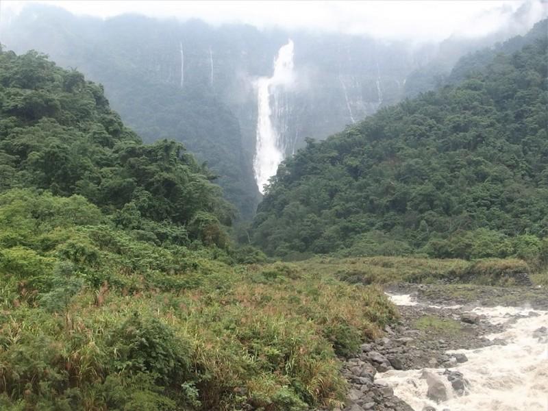 台灣第一高瀑「蛟龍瀑布」大雨後如蛟龍般翻騰。(記者蔡宗勳翻攝)