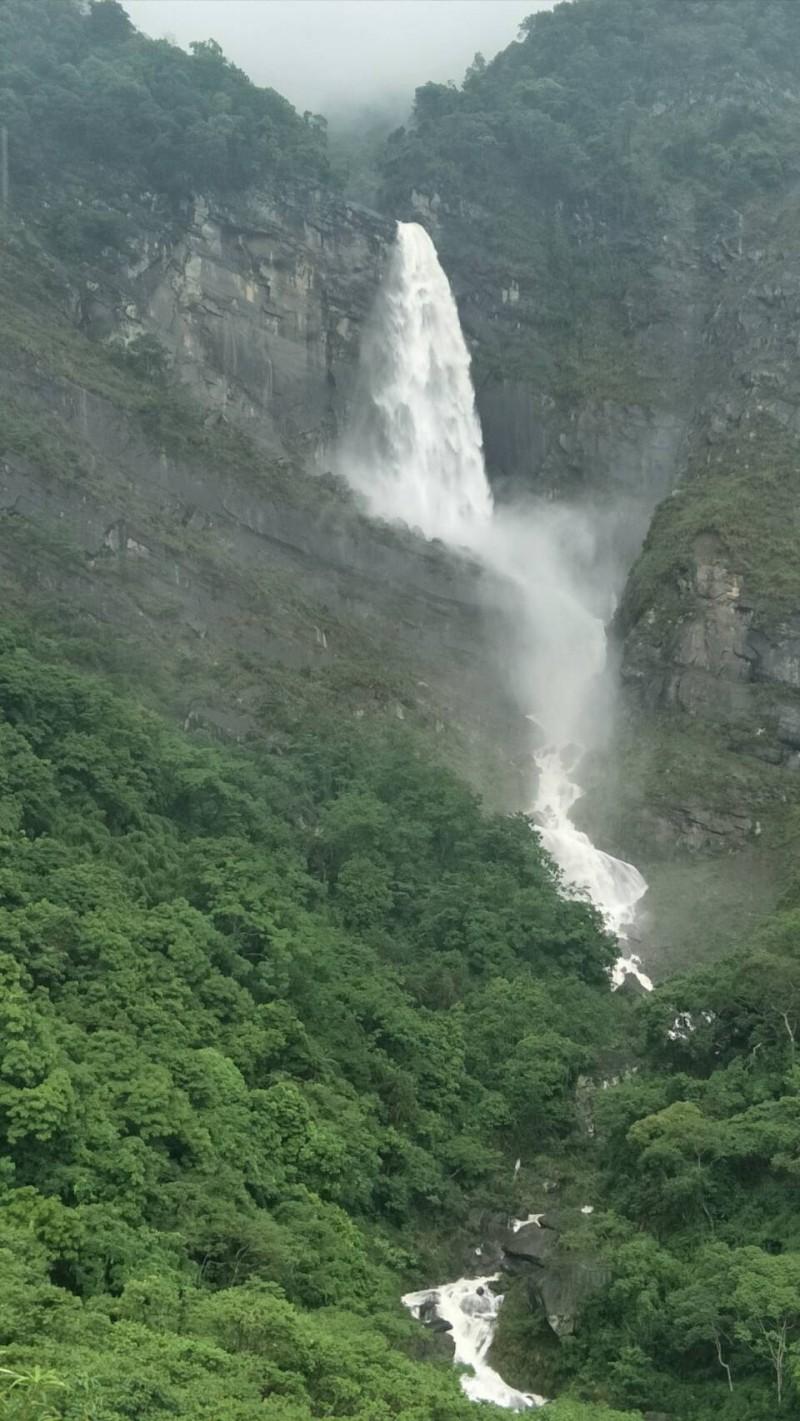 豐山石鼓盤風景區的天雲谷瀑布。(許銘朝提供)