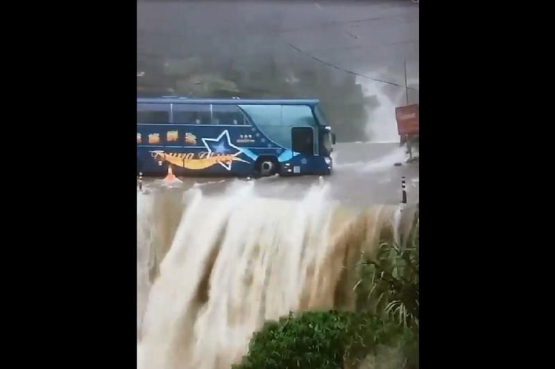 南投鹿谷野溪山洪爆發,大量溪水倒灌漫過路面有如瀑布,遊覽車冒險行經讓人捏把冷汗。(民眾提供)