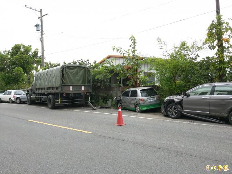 陸軍153旅中型戰術輪車,今天清晨連撞8輛自小客車。(記者張議晨攝)
