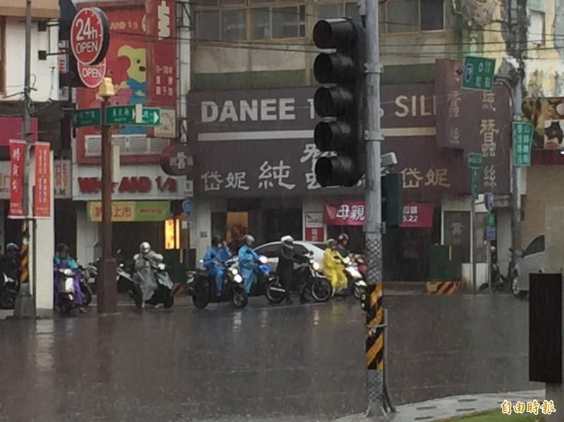 鋒面正過境全台,今天上午彰化地區出現間歇性大雨。(記者張聰秋攝)