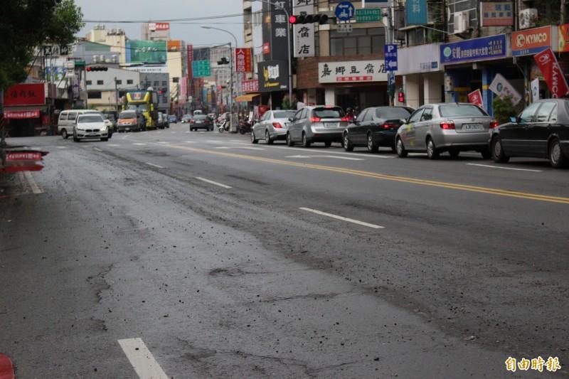 省道彰化中山路段、縣府門前,雨後柏油路變成碎石路面。(記者張聰秋攝)