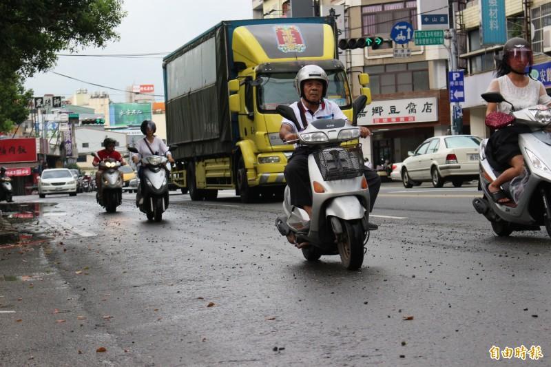 騎士騎車經過碎石路因為顛簸危險,感受不佳。(記者張聰秋攝)