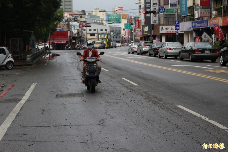 彰化縣府前中山路,連日來被大雨狂擊後,道路路面好比「毀容」相當諷刺。(記者張聰秋攝)