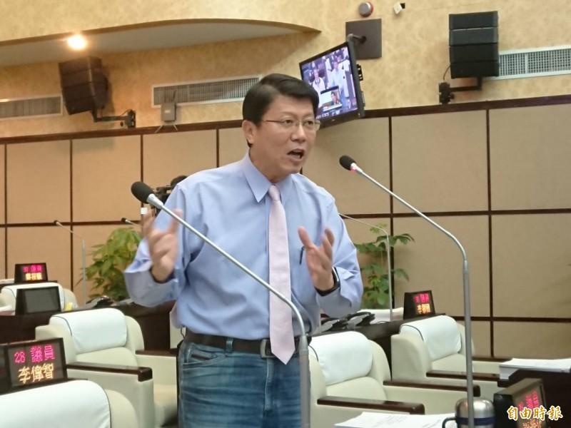 台南市國民黨議員謝龍介今日質詢台南捷運興建議題,並質疑中央前瞻計劃是「綁標」。(記者洪瑞琴攝)