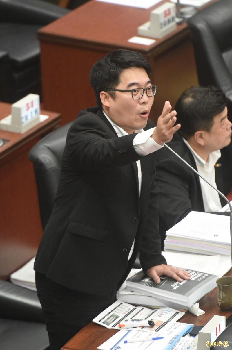 議員邱俊憲質疑,台灣觀光市場可支撐另一座桃園機場嗎?(記者張忠義攝)