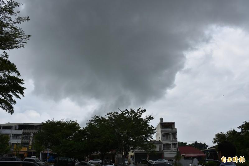 鋒面來襲,民眾要慎防瞬間強降雨。(記者林國賢攝)