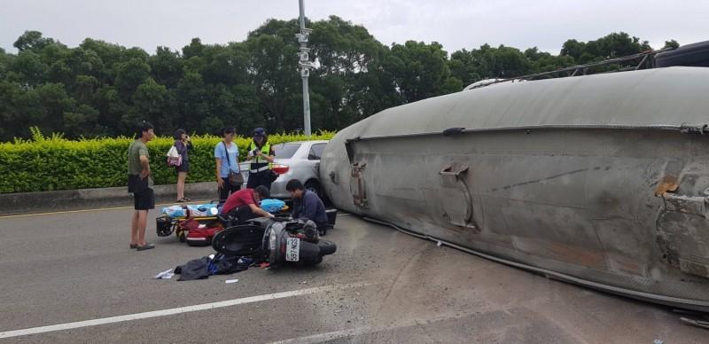水泥槽車翻覆,汽機車追撞,騎士倒地受傷送醫。(記者鄭名翔翻攝)