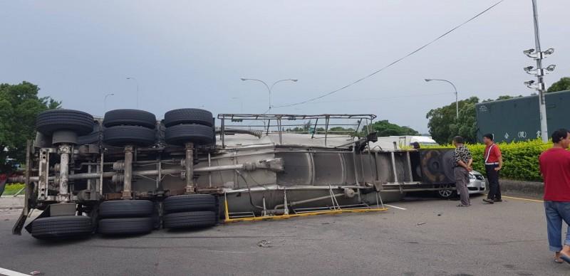 槽車翻覆阻隔車道,導致現場交通大打結。(記者鄭名翔翻攝)