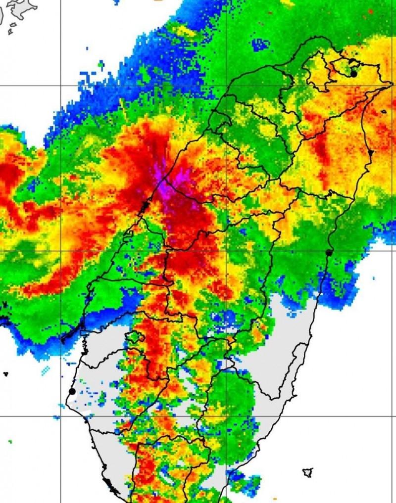 中部地區今天降下暴雨,衛星雲圖中部地區一片通紅。(翻攝氣象局網站)