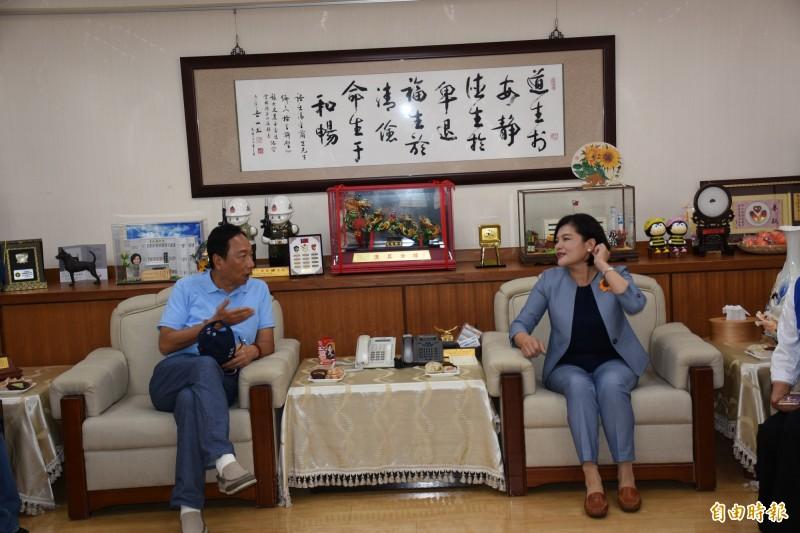郭台銘(左)承諾全力協助雲林拚經濟。(記者林國賢攝)