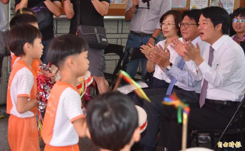 賴清德由縣長潘孟安陪同欣賞小朋友表演。(記者葉永騫攝)
