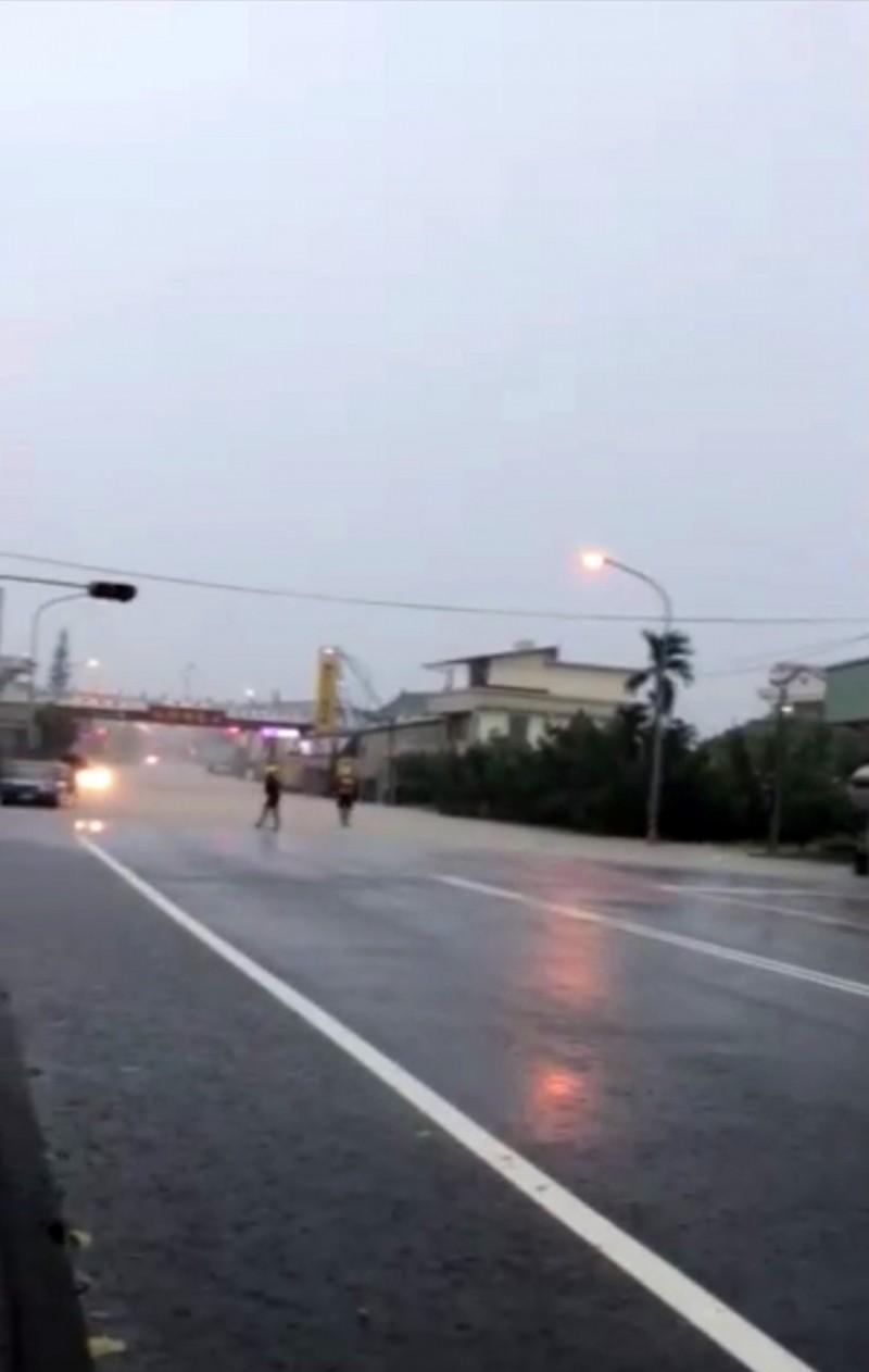 草屯鎮中潭公路南埔路段淹水一度封閉。(圖由民眾提供)