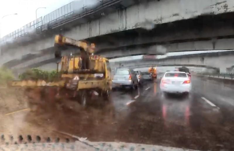 雷雨襲擊,國道1號中部路段2小時內發生19起事故意外,拖吊車疲於奔命處理。(記者陳冠備翻攝)