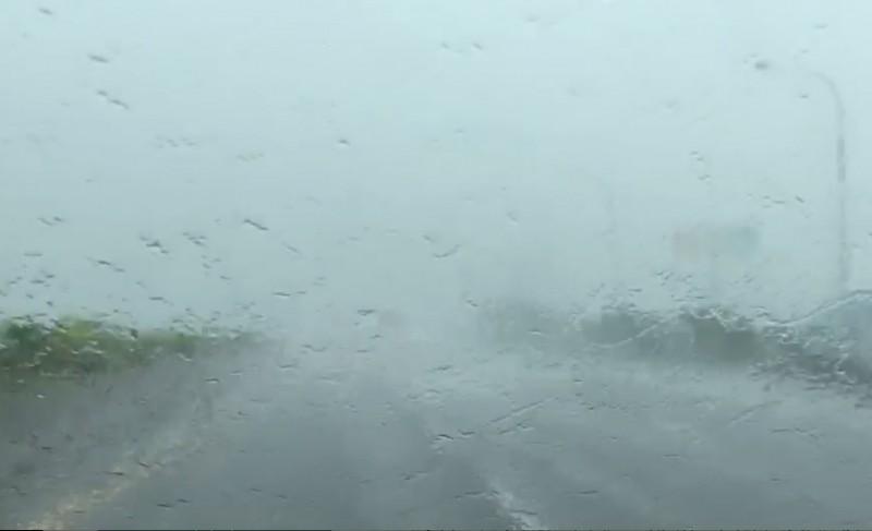 雷雨狂炸國道,駕駛路線幾乎模糊。(記者陳冠備翻攝)