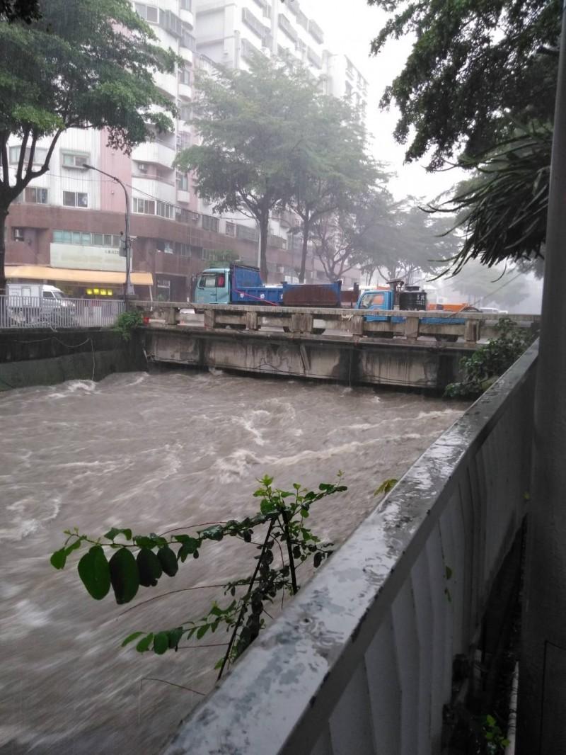 台中市綠川水位瀕臨警戒線。(民眾提供)