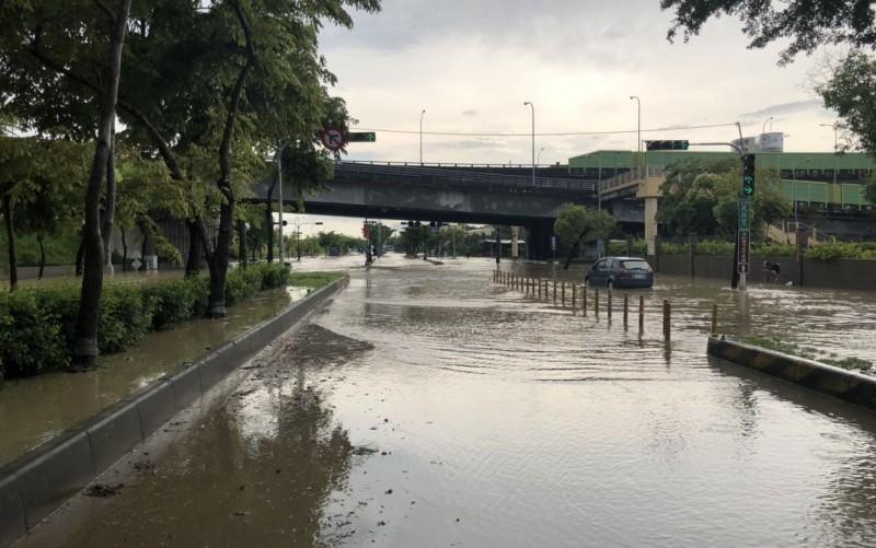 台中今天上午開始降下大雨,烏日環河路1段淹水及腰,造成20多位民眾受困。(記者陳建志翻攝)